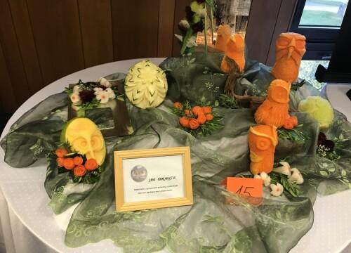 Kurz vyřezávané zeleniny a ovoce